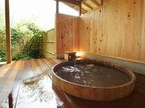 高野槙(こうやまき)という木でできた湯船。3,4人で入れます