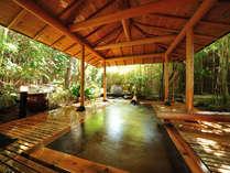 【甚兵衛の湯】(檜露天風呂) 竹林に包まれた檜風呂は、まるで自然と一緒に溶け合っているかのようです