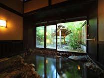 【温泉村】四季の湯 内湯は広くゆったり。外には仲よく並ぶ、2つの瓶風呂がございます。