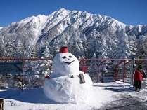 新穂高ロープウェイ山頂駅に冬になると登場する巨大雪だるま【にしほくん】