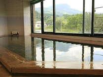 檜の展望風呂で旅の疲れを癒してください