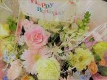 【お花のサプライズ(イメージ)】季節の花籠アレンジメントはご帰宅後そのまま飾れる人気のサプライズです