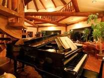 吹き抜けのダイニングホールに柔らかく響くグランドピアノの音色Instagram#ピアノがある隠れ家 も見てね♪