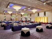 4階宴会場「ローズルーム」高い天井が特徴です。※写真は立食パーティ形式のイメージ