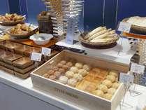 パンの種類も選び放題♪ ※朝食バイキングイメージ