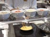 朝食ブッフェは、オムレツ、目玉焼き、ワッフルやフレンチトーストも目の前で調理 ※イメージ
