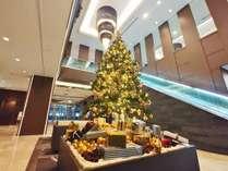 吹き抜けのロビーを飾るクリスマスツリー。今年はゴールドを基調としたオーナメントが大人な雰囲気♪