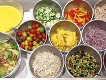 朝食ブッフェでは、色とりどりの野菜の数々に、数種類のお好みのドレッシングを ※イメージ