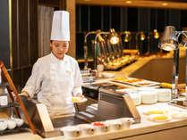 【朝食ブッフェ】オープンキッチンでは具材を選べるオムレツが人気。ぜひ焼きたてをご賞味あれ。※イメージ