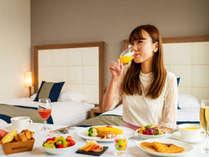 【朝食】のんびりとしたお目覚めには「ルームサービス」もおすすめ。大切な人と、贅沢な朝を。※イメージ