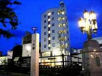女鳥羽川沿いにたたずむ当ホテルの外観。街灯の灯りや、落ち着いた街並みが心を癒してくれる、風情ある街