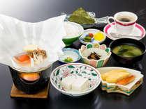 朝食は和定食をお食事処にてご用意いたします。食後のコーヒー付きです。
