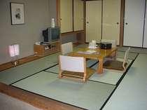 和室:32平米。布団を最大4組。テーブルと椅子2組有。トイレ付。