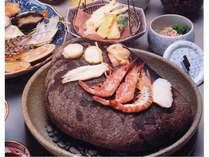 新鮮な食材を大きな石で焼いて召し上がっていただく浜焼きプラン夕食