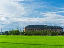 【ホテル外観】柴山潟や田園など自然に囲まれたリゾートホテル