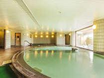 【大浴場】主浴槽の奥にはジャグジーバス、寝湯、サウナ、打たせ湯など
