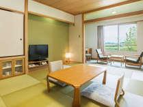 【和室一例】10畳のゆったりとしたお部屋。窓からは柴山潟または山々と田園風景がのぞめます。