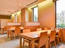 *【レストラン】仕切りのあるテーブル席にてお食事をご用意します。