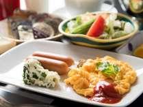 *【ご朝食一例(洋食)】できたてふわふわのオムレツが自慢です。