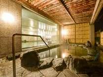 *【露天風呂(男湯)】夜はライトアップされ、幻想的な雰囲気になります。