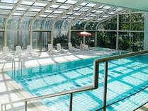 【屋内プール】陽の光が差し込む開放的な空間で1年中お楽しみ頂けます。※宿泊者無料