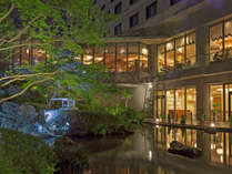 【夜の日本庭園】ライトアップされた庭園を眺めながらお食事はいかがでしょうか。