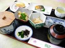 明治天皇献上山田米や地元の素材を中心に、全て手作りの和朝食。定食形式で。