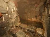 群馬・鬼石町で有名な三波石を使用した趣のあるお風呂【洞窟風呂】