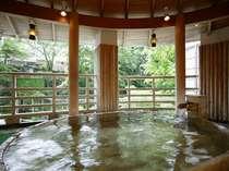 清流、利根川のせせらぎと谷川岳から吹く風が心地良く、槙木(まさき)で組まれた【樽型のお風呂】