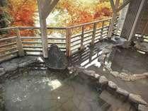 【牧水の湯】赤や黄色など、紅葉に囲まれ入る露天風呂は贅沢です。