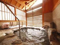 【貸切風呂】岩風呂。半露天の造りとなっています。家族やカップルで温泉を独り占め♪