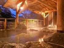【牧水の湯】夜になると利根川がライトアップされ、幻想的な世界へ。