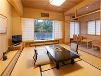【川側和室】 明るく開放的な和室。窓からは利根川の流れと、雄大な谷川岳をのぞむことができます。