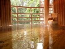 【水晶風呂】露天風呂。緑あふれる水上の自然を心ゆくまで満喫。