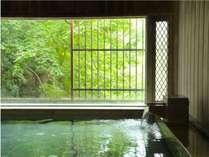 【牧水の湯】湯面に映りこむ新緑がまた風情ある空間をかもしだしてくれます。