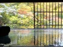 【牧水の湯】黄色や赤や緑に染まった葉がすぐ目の前に。