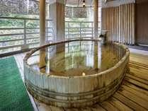 【水晶風呂(露天)】渓谷を望む絶景のたる型露天風呂。歴史も感じられるお風呂