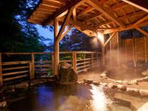 【露天風呂】木漏れ日漏れる絶景露天風呂。四季替わりの大自然を体感できます。