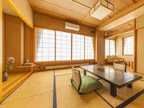 【和室】明るく開放的な和室でゆったりとおくつろぎくださいませ。