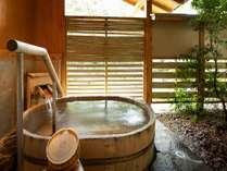 貸切風呂「桶のお風呂」。半露天で、洗い場もついています。