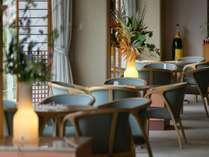 喫茶コーナー「薔薇」。開放的な空間と美味しい珈琲でほっと一息。