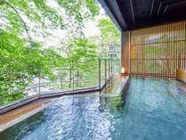 【牧水の湯(露天)】当館の15ある温泉の内のひとつ。利根川の雄大な流れを見ながら、癒しのひと時を。