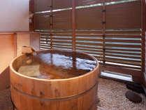 露天風呂付き客室。川のせせらぎをききながら温泉を堪能。