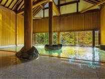 ~牧水の湯~檜を主とした豪壮なお風呂は窓から深い緑、時には深紅の色を水面に映します。