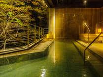 ~露天風呂、牧水の湯~檜を主とした豪壮な牧水の湯は朝と夜では違った顔を楽しむことができます。