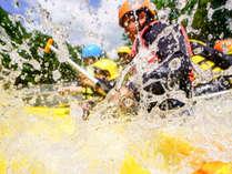 ラフティングは8名乗りのゴムボートに乗り、みんなで力を合わせてパドルを漕ぎ川を下るウォータースポーツ