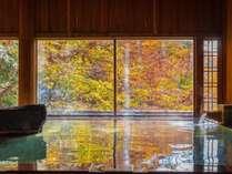 【紅葉シーズン★牧水の湯】紅葉が湯面に移り情緒ある秋の光景を楽しめます。