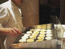 【朝食ビュッフェ】焼きたてのミニサイズのスペシャルパンケーキも人気です。