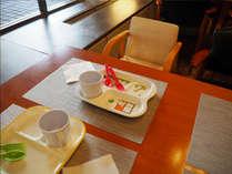 朝食会場ではお子様用の椅子やカトラリーなどをご用意しております。