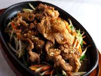北海道飯「ジンギスカン」肉はマトン。ご飯はおにぎり。ドリンクはビールがお約束。